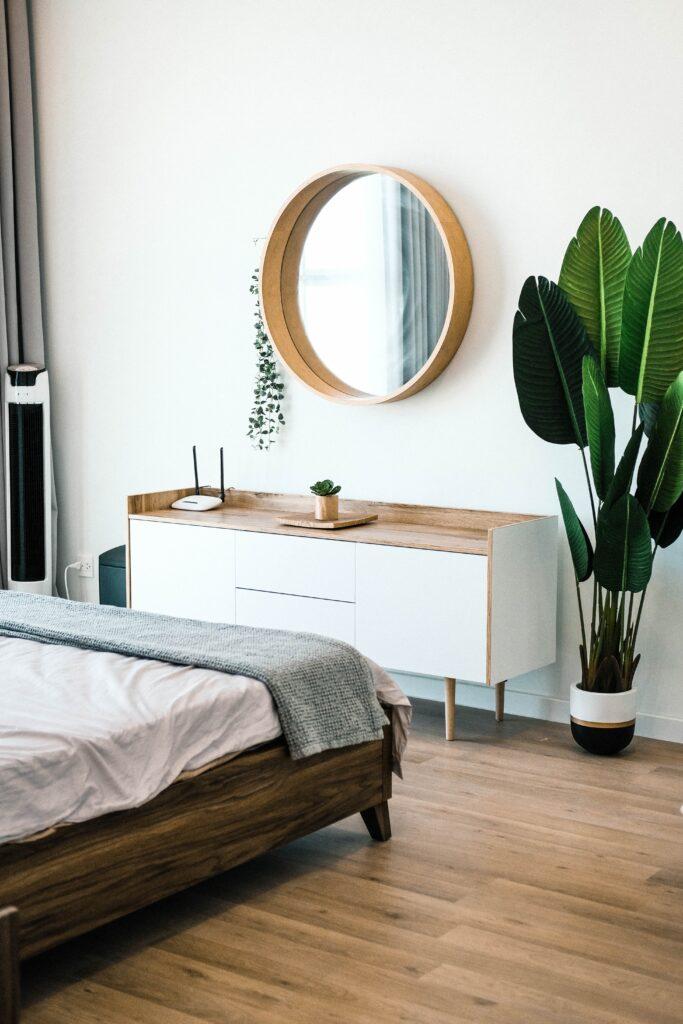 Okrągłe lustro w sypialni